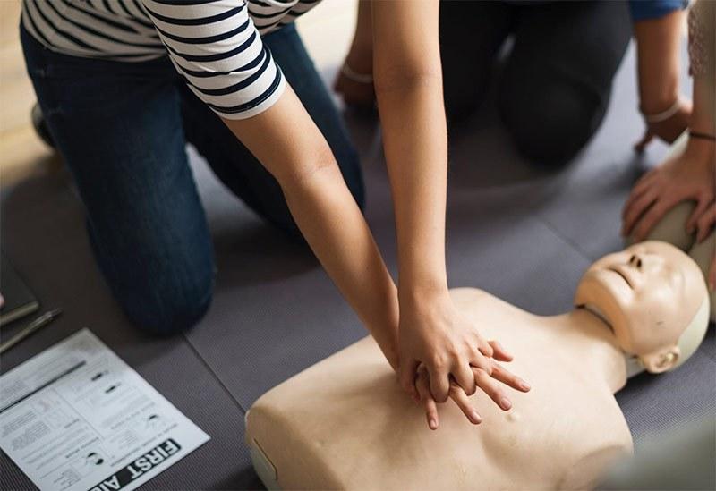 Dotarsi di un defibrillatore: normativa, corsi, incentivi